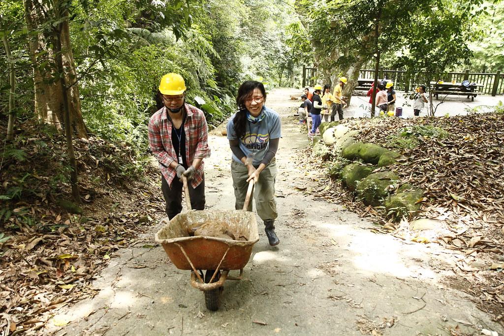 志工一同透過雙手協助自然谷工作