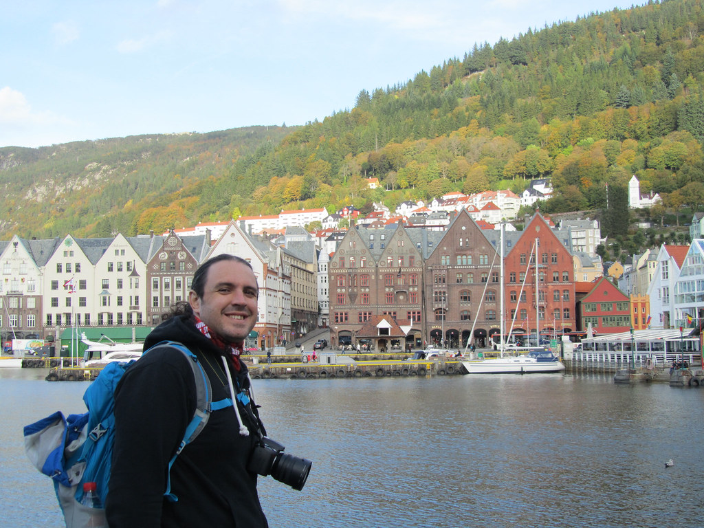 Ipaelo muy contento mirando el Bryggen