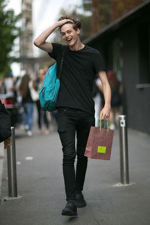 無地黒Tシャツ×ブラックジーンズ×Nikeフリーソックフライ