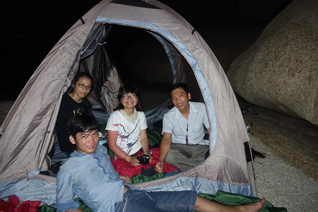 Hôm nào mưa thì chui vào trong lều thế này