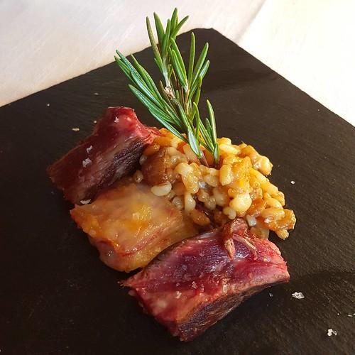 Suprema de vaca sobre risotto de trigo, milhojas de blanco y fumé en @elbatan2011