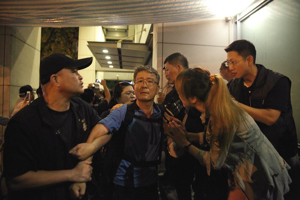 警方於晚間清場,帶離韓國金屬工會京畿道支部部長鄭圭田。(攝影:王祥維)