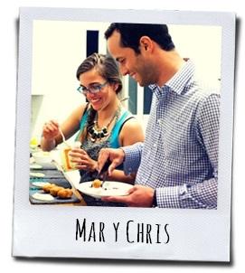 Host Mar samen met Chris bezig met het opdienen van een van haar heerlijke gerechten