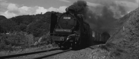 76−ようやくトンネルを抜けるD60牽引の貨物列車
