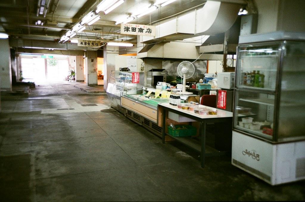 基町住宅 広島 Hiroshima, Japan / FUJICOLOR 業務用 / Lomo LC-A+ 集合住宅地下室市場,看起來的確規劃成市場沒錯,可是只有一兩攤有在營業,或許是周圍的生活機能比較好,這類的市場純粹就是給老一輩的人方便吧。  真的都沒有人。  Lomo LC-A+ FUJICOLOR 業務用 ISO400 4898-0032 2016-09-27 Photo by Toomore