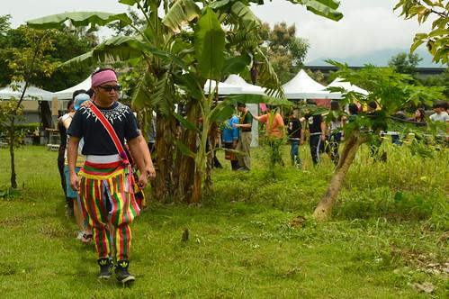 東華學子穿上族服,訴說對於原民飲食、器物文化的學習和理解。攝影:謝宗璋。