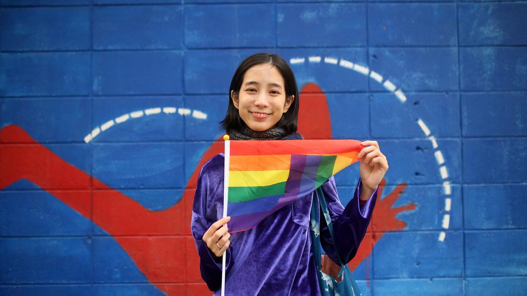 """溫貞菱 婚姻平權 世界人權日遊行 Taipei, Taiwan / Sigma 35mm / Canon 6D 今天去凱達格蘭大道參加婚姻平權、世界人權日遊行。離開的時候在前往善導寺捷運站的路上遇到 #溫貞菱 !  那時候走在路上迎面而來覺得那女生好面熟,長得好像溫貞菱,但想說會不會認錯了,但想想回頭去問一下即使認錯人了好像也沒關係!  於是我回頭跑過去問她:小姐,請問妳是不是溫貞菱,結果她點頭說是!我整個臉紅!!我竟然遇到我愛的演員!!!  她人好好,讓我拍了好多張,但我很緊張,她一直和我說她剛剛進去凱道人好多,建議我可以繞路進去!她因為肚子餓出來買一塊蛋糕!  總之她真的人好好!!!今天遇到她感覺可以高興好多天!!!  溫貞菱 instagram: forestwen <a href=""""https://www.facebook.com/%e6%ba%ab%e8%b2%9e%e8%8f%b1-626489614067413"""" rel=""""nofollow"""">www.facebook.com/%E6%BA%AB%E8%B2%9E%E8%8F%B1-626489614067413</a>  Canon 6D Sigma 35mm F1.4 DG HSM Art IMG_0626_16x9 Photo by Toomore"""