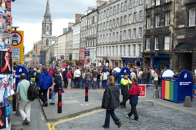 Fringe Festival on the Royal Mile, Edinburgh - Flickr CC raymccrae