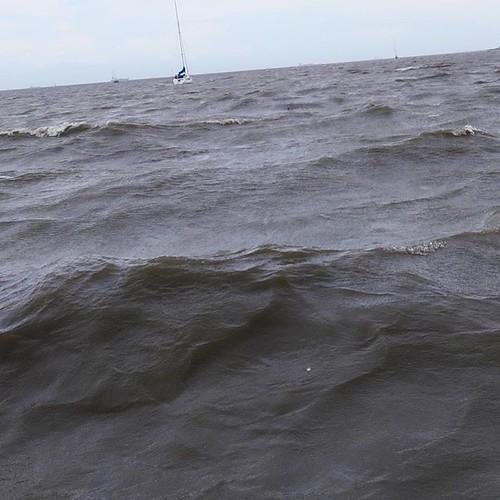 台風が過ぎたばっかりだから、外海の波がガッツンガッツン。