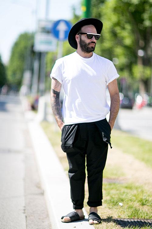 無地白Tシャツ×黒パンツ×黒サンダル