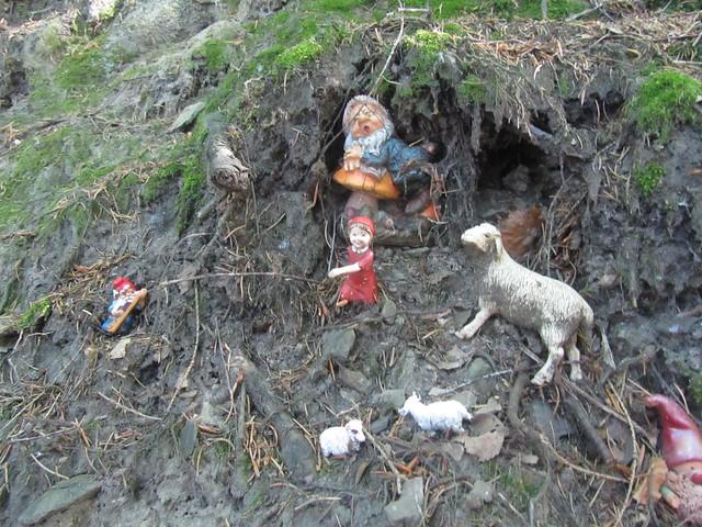 Zwergenstilleben im Wald. Es gibt Menschen die Müll aus den McDonald-Parkplatz werfen, und dann gibt es auch welche dir so etwas im Wald unter einer Baumwurzel arrangieren. Hübsch!