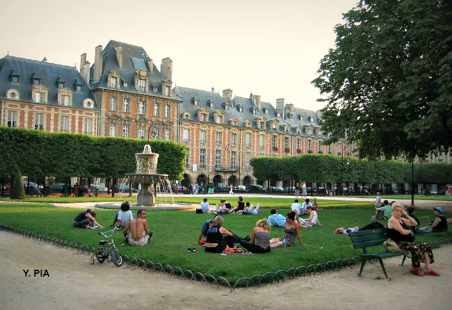 Place des Vosges à Paris, écrasée de chaleur en fin de journée du 7 août 2003 météopassion