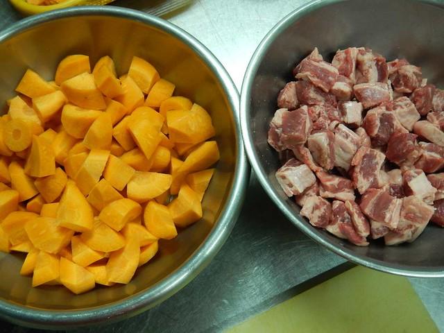 切った肉と人参