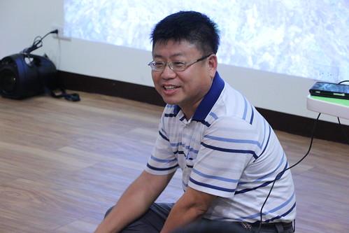 國立海洋生物博物館助理研究員邱郁文席地而坐,與聽眾互動。攝影:黃小玲