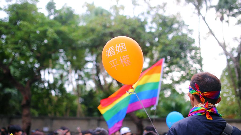 婚姻平權 世界人權日遊行 Taipei, Taiwan / Sigma 35mm / Canon 6D 這張超級難拍,首先是氣球一直飄來飄去,有時候字樣沒有轉到我的畫面中,有時飄的位置有不太對。沒辦法用相機的自動對焦來處理,因為追焦的速度不夠快!  最後我只好用手動對焦的方式狂拍,再一張張選。  那時候拍完後,旁邊有一個人拿著相機,補上我離開的位置。  Canon 6D Sigma 35mm F1.4 DG HSM Art IMG_0546_16x9 2016/12/10 婚姻平權 世界人權日遊行 Photo by Toomore