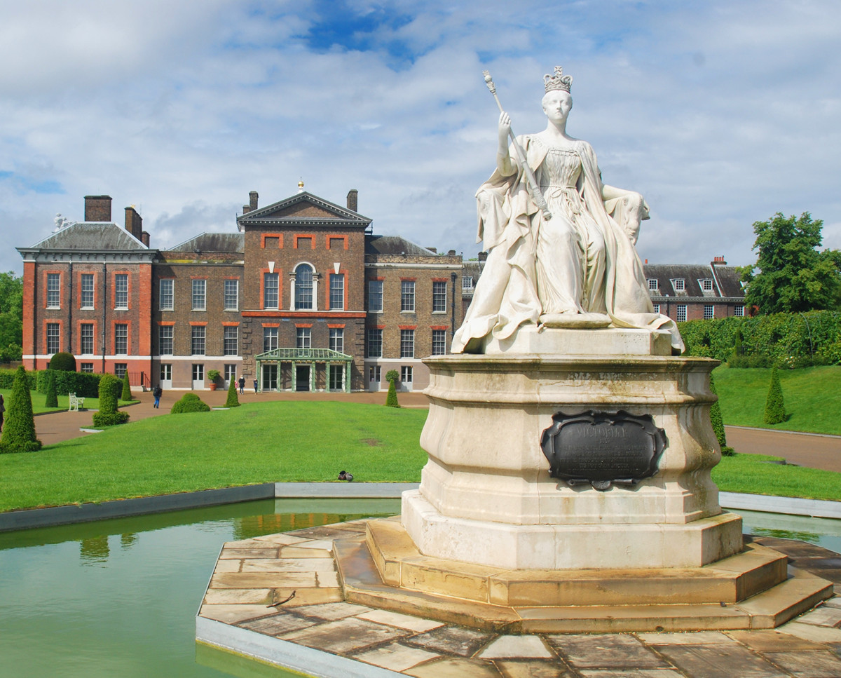Kensington Palace with statue of Victoria. Credit Shisha-Tom