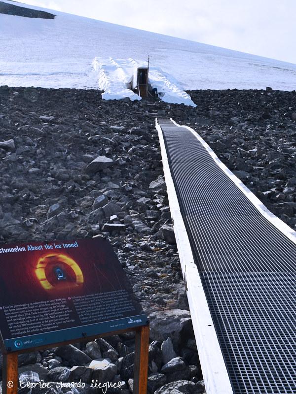 Entrada al Túnel del hielo (Klimapark 2469) situado junto al refugio de montaña de acceso por carretera más alto de Europa (Juvasshytta)