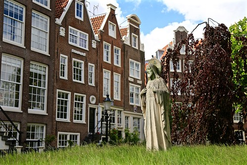 This statue is located in one of the oldest inner courts in Amsterdam called Begiijnhof. The court is home to the English Reform Church of Amsterdam.