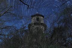 Circumpolaire. Les ruines de la Tour de Charbonnières (71) au clair de Lune. Nuit du 06 au 07 avril 2015