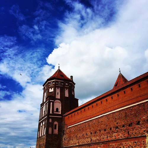 Небо, замок, облака 💙 Я очень рада видеть #мир в таком состоянии #мирскийзамок #замок #castle #sky #cloud #lovelovelove #belarus
