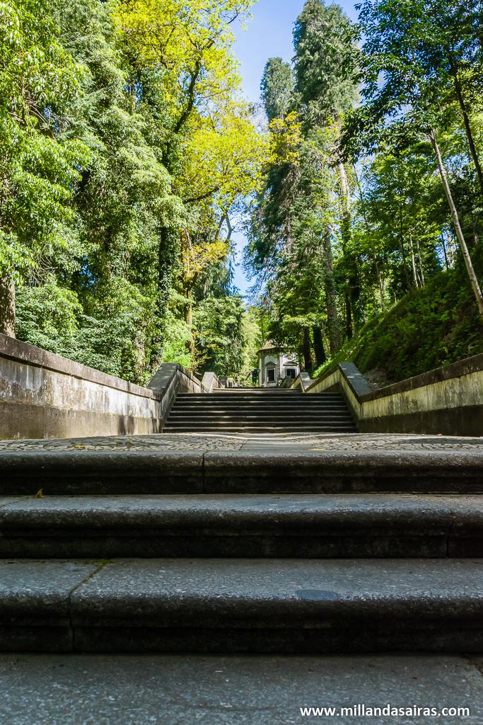 En plena ascensión del primer tramo de escaleras