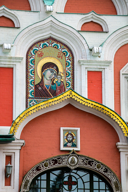 Facade of Kazan Cathedral, Moscow, Russia モスクワ、カザンの聖母聖堂のファサードとイコン