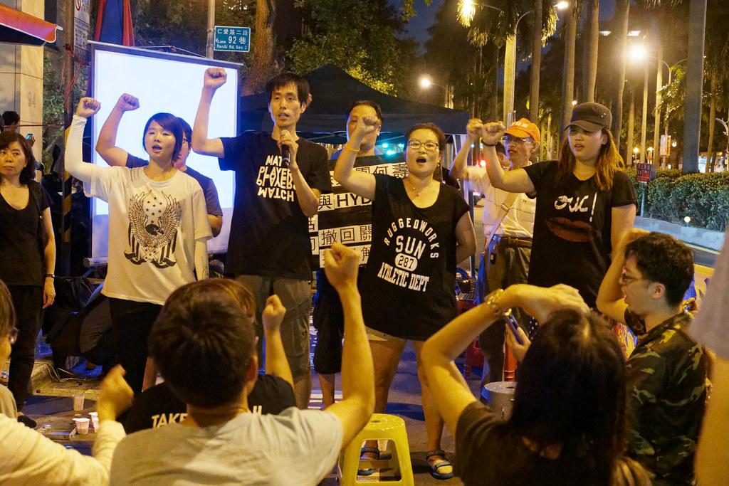 被移民署嚴密監控行蹤的第四波Hydis工人代表,昨晚首度集體現身宣示抗爭決心。(攝影:林佳禾)