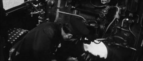 71−機関士の崎山が石炭をくべる