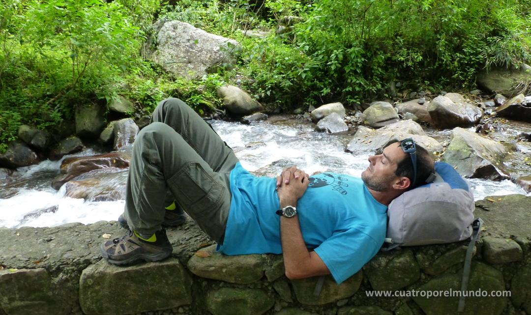 Descansando a la vera del rio en la Quebrada de San Lorenzo