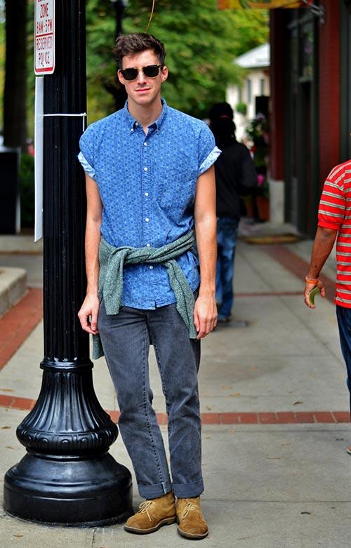ブルー半袖柄シャツ×ブラックジーンズ×キャメルチャッカブーツ