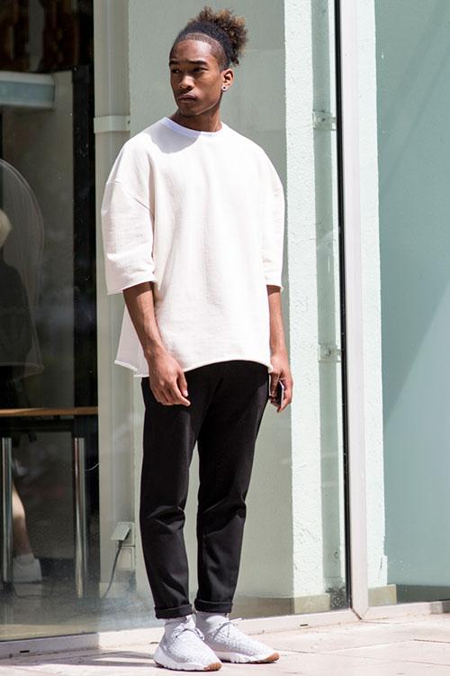 無地白ビッグTシャツ×黒パンツ×Nikeエアフットスケープ デザートチャッカ