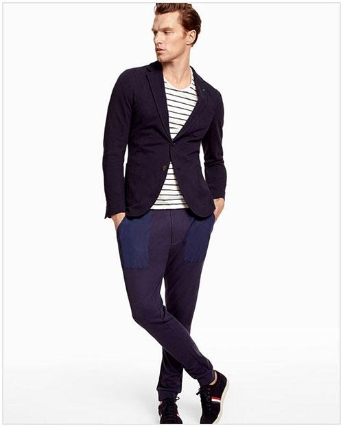 濃紺テーラードジャケット×紺パンツ×黒スニーカー