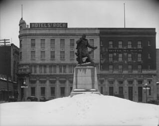 Jacques Cartier monument near St. Rock Hotel / Monument de Jacques Cartier, près de l'hôtel Saint-Roch