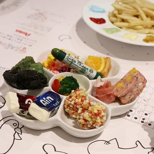 食べられる消しゴム付きカラフルおつまみセット。奥に見えるのが、フレンチフライポテト パレットスタイル #rakugakibar