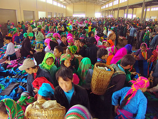 6560 - vietnam - Covered market - Colorful Tribe people