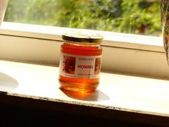 In de zon lijkt de honing lichter