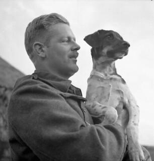 Gunner G.D. Bracken, 4th Field Regiment, Royal Canadian Artillery (RCA), holding Skippy, the unit's mascot, Ossendrecht, Netherlands, October 23, 1944 / L'artilleur G.D. Bracken, du 4e Régiment de campagne de l'Artillerie royale canadienne, tient le