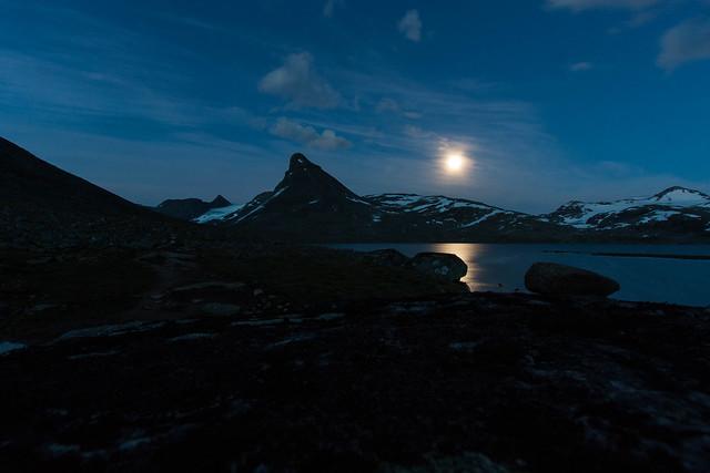 Kyrkja i måneskin