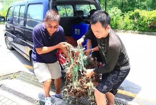 中華民國水中攝影協會蔡永春理事長(左)愛護海洋不遺餘力,更希望大家一起來。照片由墾管處提供