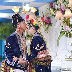 Indonesian Javanese wedding photo. Foto pernikahan pengantin adat Jawa, paes ageng kanigaran Jogja. Foto wedding Kak Alin & Kak Roby di Sleman Yogyakarta, 16 Mei 2015. Wedding photo by @Poetrafoto, website http://wedding.poetrafoto.com 👍😊