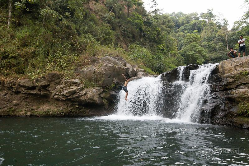 Lompat dari Tebing di Air Terjun Triban