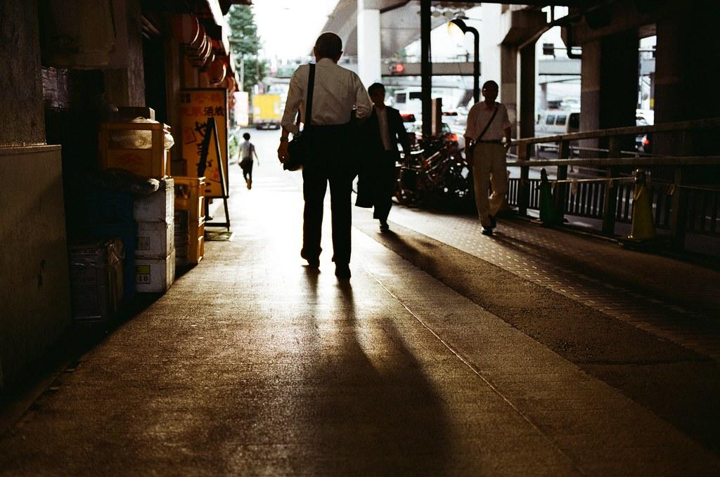 渋谷 Tokyo, Japan / Kodak ColorPlus / Nikon FM2 那時候在渋谷呆很久,有一部分是想在多走走當初走過的路線,在太陽下山前。  找到一個橋下的位置,剛好夕陽的光線這樣照射,蹲在路邊的一個角落等路人走到我想要表達的位置拍下!  逆光,拍了好多逆光的畫面。  Nikon FM2 Nikon AI AF Nikkor 35mm F/2D Kodak ColorPlus ISO200 0997-0030 2015/10/02 Photo by Toomore