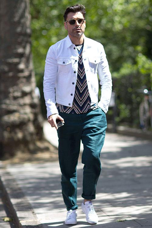白Gジャン×緑カラーパンツ×白ローカットスニーカー