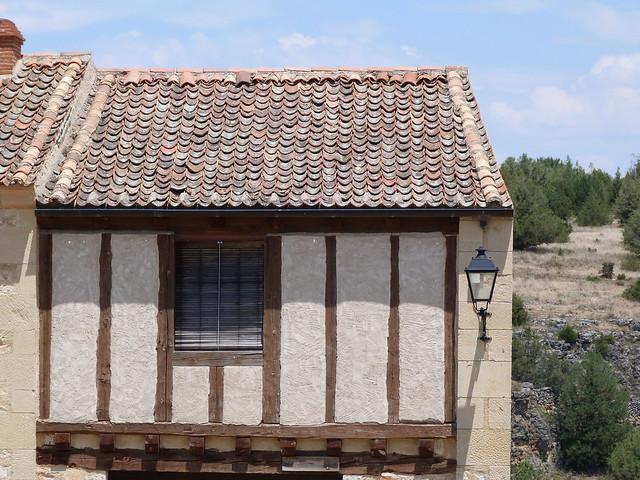 Fachada con entramados de madera de la villa de Pedraza (Segovia)