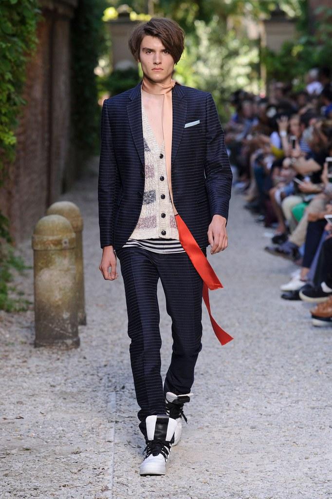 Elvis Jarrs3026_SS16 Milan Andrea Pompilio(fashionising.com)