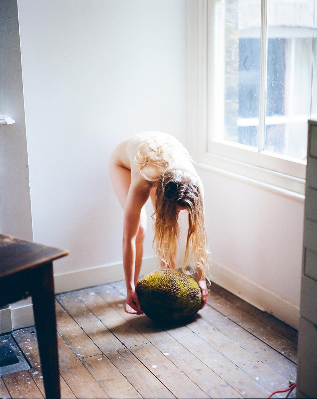通過水果不加修飾的型態 裸體傳達女性不除體毛的野性自然美9