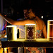 Casal escolhendo luminária na feirinha de Pirenópolis