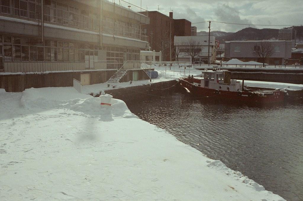 小樽 Otaru 北海道 / Fujifilm 500D 8592 / Nikon FM2 繼續往北邊的海岸前進,看一下大海,看一下下雪的港口。  但吹來的風真的很冷,走過來的路上有些地方開始積水了。  Nikon FM2 Nikon AI AF Nikkor 35mm F/2D Fujifilm 500D 8592 1119-0005 2016/02/02 Photo by Toomore