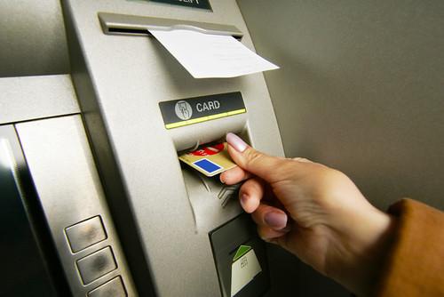 Операція «конвертація»: Як не втратити останні гроші, розраховуючись карткою за кордоном