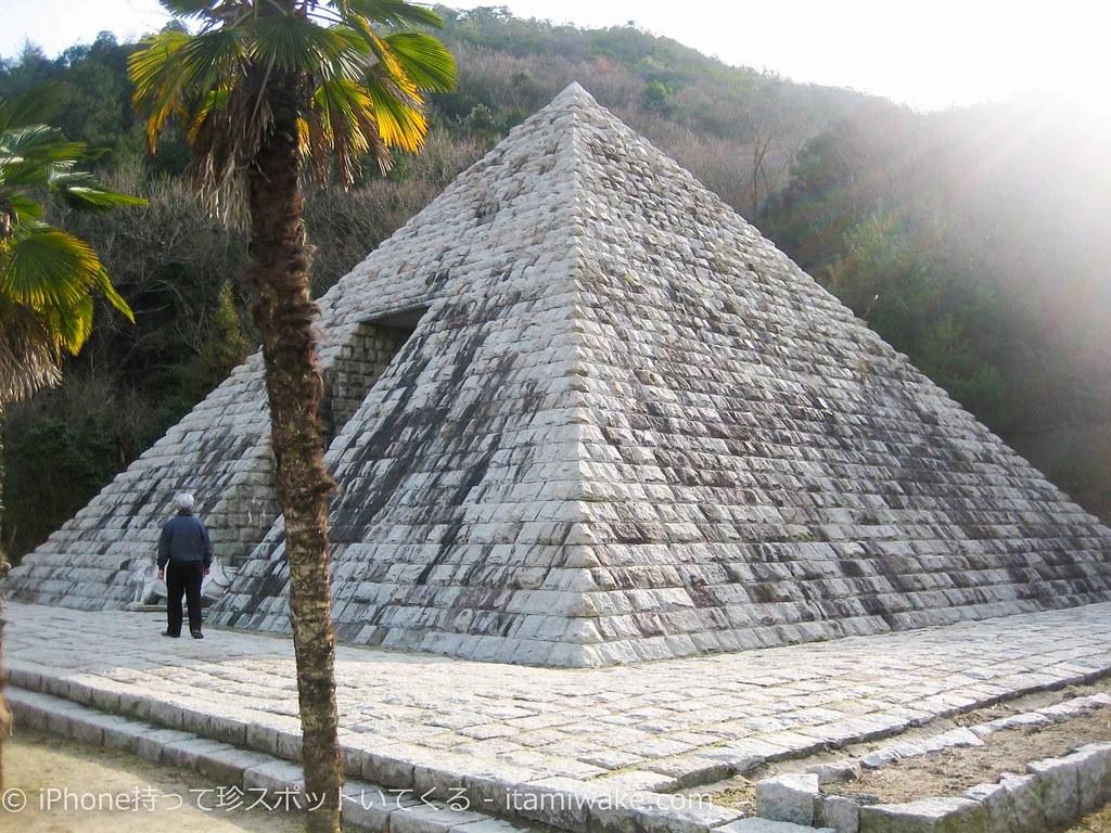 ピラミッドのレプリカ